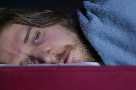 Comedian Bo Burnham liegt in Nahaufnahme in seinem Bett.