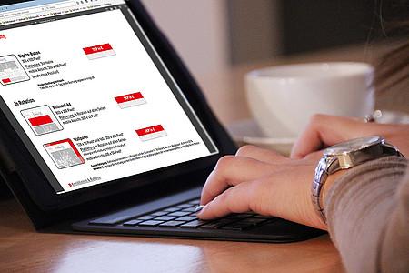 Frau recherchiert am Laptop nach Möglichkeiten der Onlinewerbung auf radiolippe.de